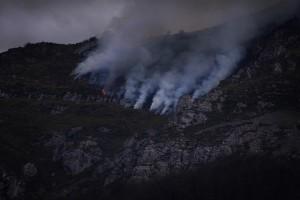 Incendio ayer en Villamejín / Foto Queco Currás