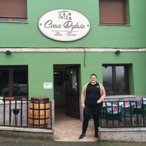 Dylsia de la Cera a la entrada de su bar tienda en Valduno / Foto de David Pérez