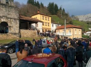 Numerosos teverganos acudieron ayer a Santianes a dar el último adiós a Marcos / Foto de Blanca M. García