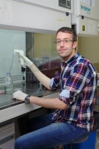 Fernando Osorio en su laboratorio