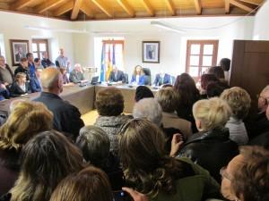 El público abarrotó el ayuntamiento para ver a su médico
