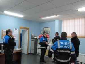 Ricardo Fernández escucha las explicaciones de la policía local de Trubia en el actual cuartel