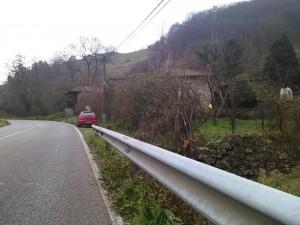 Al final de la recta se observa la casa y la finca por la que entró el vehículo
