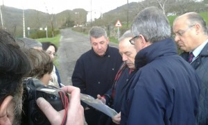 Un momento de la visita del alcalde hoy a Trubia / Foto de Roberto Velasco