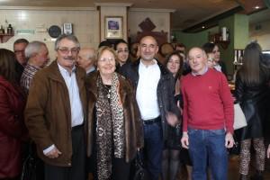 Mino Álvarez (tercero por la izquierda) junto a algunos compañeros, entre ellos el alcalde de Proaza
