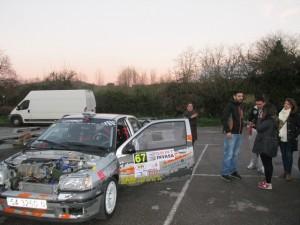 Participantes preparando sus vehículos