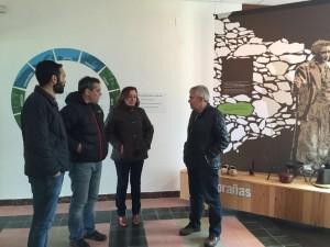 El alcalde, junto a los responsables de Cultura en el Ecomuseo de Somiedo