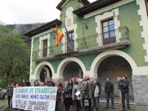 Concentración en la plaza del ayuntamiento en apoyo a las dos despedidas