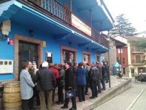 Asistentes al encuentro, antes de entrar en el hotel Peñas Juntas de Proaza
