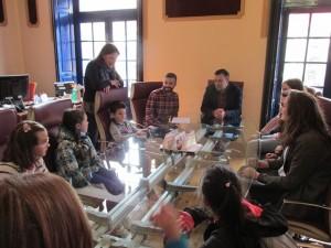 Un momento de la reunión con niños y jóvenes