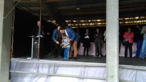 El alcalde, entregando un premio a un pequeño participante