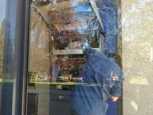 Un operario repara el cajero tras el ataque vandálico