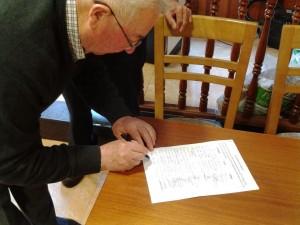 Vecinos firmando a favor de la ESO en Belmonte / Foto de Julio Cabal
