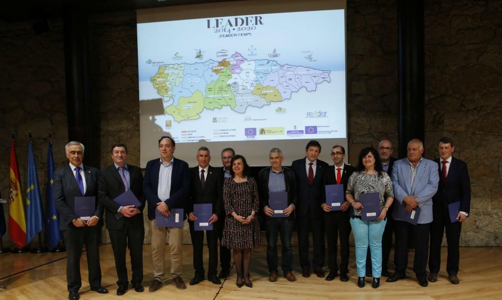 Los responsables de los grupos de desarrollo rural de Asturias junto al presidente Javier Fernández