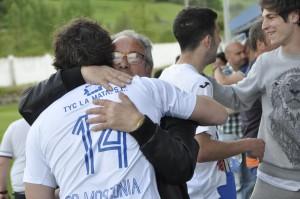 El presidente del Mosconia  Francisco Granda abrazándose al finalizar el partido, al primer capitán Diego José. Foto de la web del Covadonga