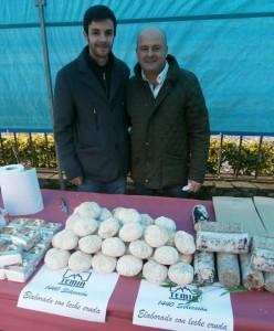 Francisco Sánchez junto a su hijo Hugo, delante de los quesos que fabrican