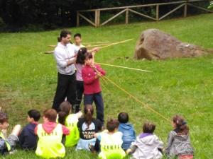 Miembros de la Asociación de Niños Hiperactivos del Principado participa en un taller de cazadores en el Museo de la Prehistoria