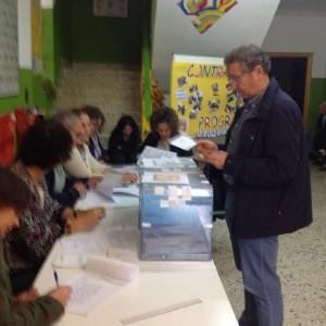 El alcalde de Quirós, Ovidio García, votando en Bárzana. Fue de los más madrugadores / Foto de Betariz Álvarez