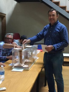 El alcalde de Grado José Luis Trabanco votando
