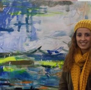Lara Vega ante una de sus obras