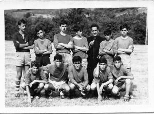 Rafael con varios jóvenes en Proaza / Foto facilitada por el autor