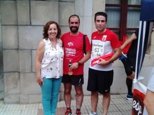 La alcaldesa junto al olímpico belmontino Jorge Díaz y Jesús el gaitero. Foto de Julio Cabal