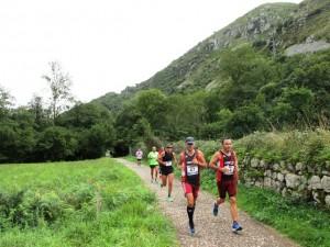 Corredores de la media maratón de Trubia llegando a Villanueva por la Senda del Oso