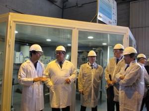 Javier Fernández escucha las explicaciones de los responsables de la empresa en la planta de nanotecnologías