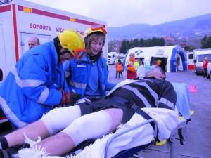 Evacuación de uno de los heridos graves