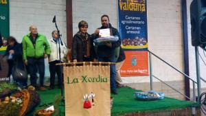 Uno de los premiados junto a la alcaldesa / Foto de Esther Martínez