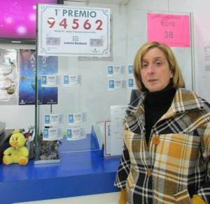 Victoria Marinas en su despacho junto al número premiado