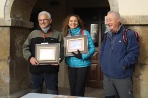 Natalia González, acompañada por Juan Rionda, presidente de la FEMPA y de Jose Alvaro García, presidente del grupo de Montaña Moscón / Foto Esther Álvarez