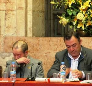Pavón, emocionado, junto al alcalde de Grado