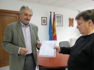El alcalde de Proaza recibe el documento de manos de Loli Gallego