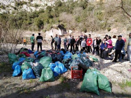 Los voluntarios, con la basura recogida/ Manuel y Agustina Fernández